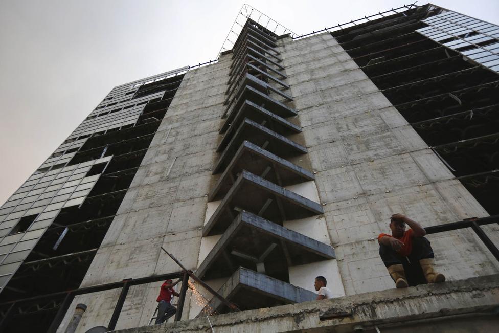 A szegényebb venezuelaiak egyszerűen nem jutottak lakáshoz. A helyzet tarthatatlanná vált, sokan önkényes házfoglalással akarták megoldani a problémát. A kétezres évek közepére mindennapos lett az üres épületek kisajátítása. A kormány nem foglalkozott a helyzettel, ezzel segítve a házfoglalókat. 2007-ben a Caracas közepén álló hatalmas épületbe is beköltöztek.
