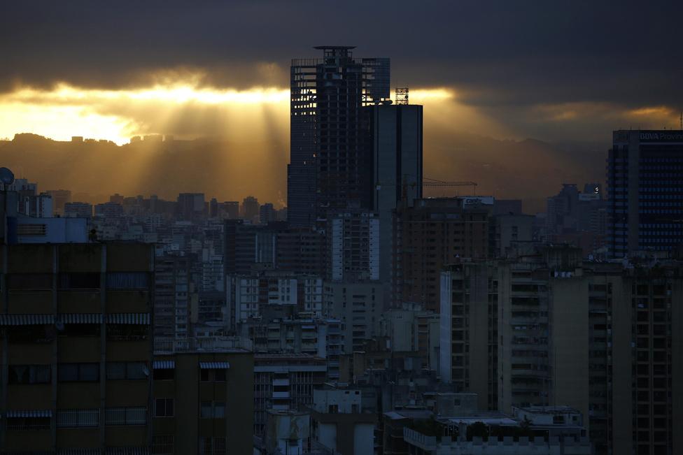 Hajnalodik Caracasban, a város fölé magasodó toronyházban is beindul lassan az élet. A 45 emeletes épületet az építtetője a feltörekvő venezuelai vállalkozó szellem emlékművének szánta volna. Ehelyett a Chávez-korszak kudarcait jelképezi most ez a disztópikus torony, ahol a becslések szerint háromezren laknak.