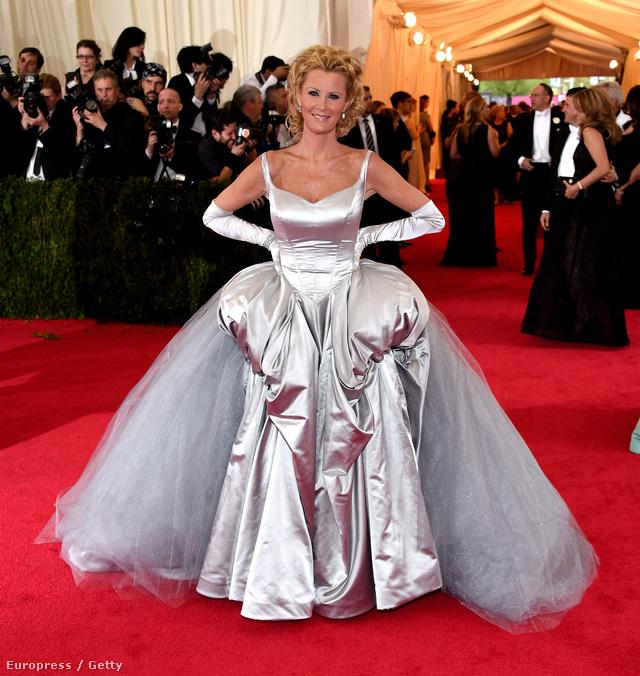 Naszóval ő Sandra Lee főzőműsor-vezető, és igen, ez a ruha tényleg létezik. Sajnos