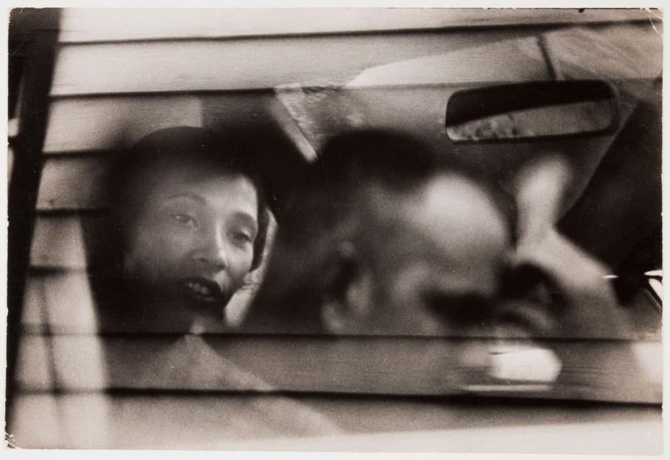 Richard és Mildred az autójukban ülnek egy bolt előtt. A házaspár a legkevésbé sem vágyott arra, hogy a polgárjogi harc arcai legyenek: ők csak szép nyugalomban szerették volna élni az életüket.