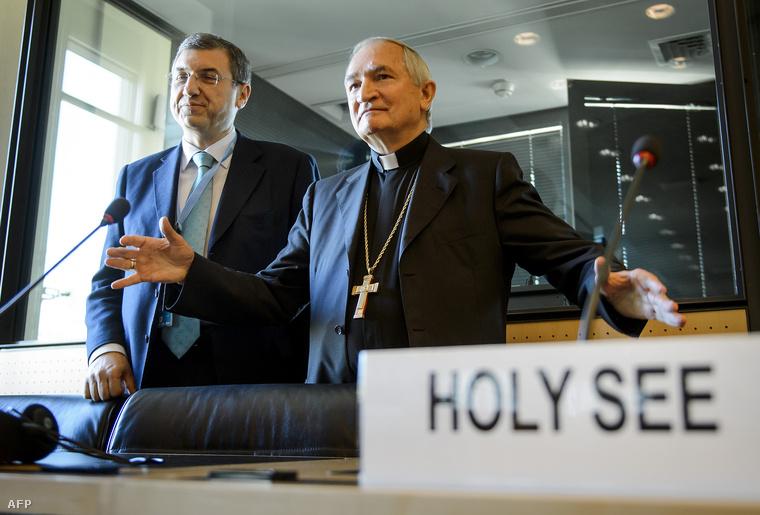 Silvano Tomasi (jobbra) és Vincenzo Buonomo, a Vatikán belügyminisztere a május 5-i sajtótájékoztatón