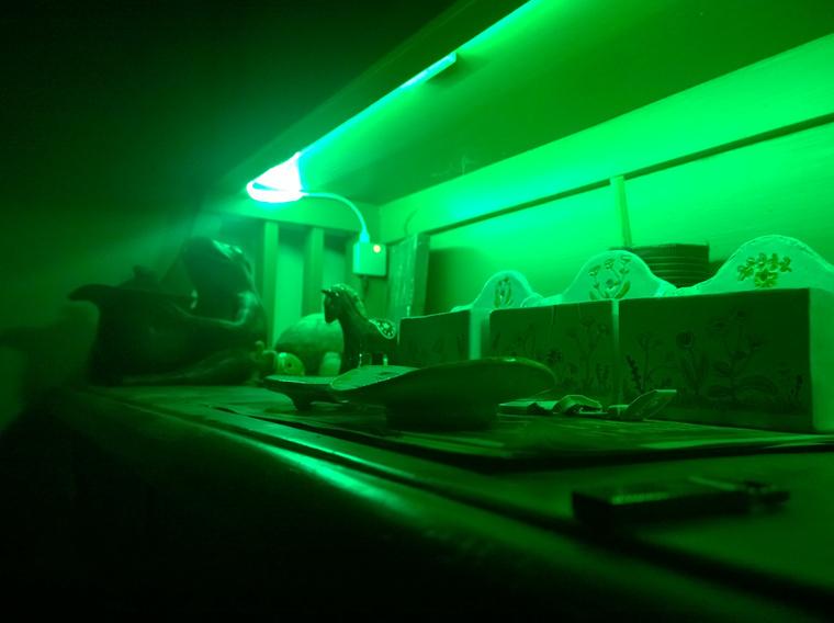 Zölden világít a zöld kredenc, középen a ledszalag vezérlőegységével