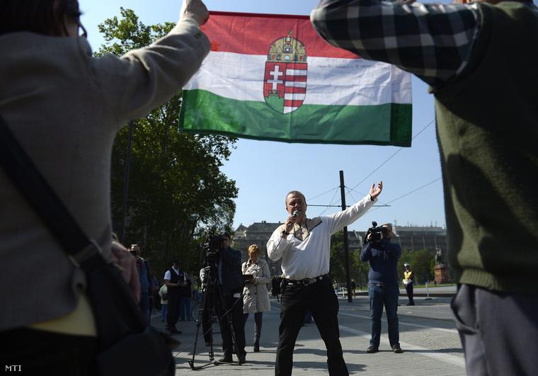 Gaudi-Nagy Tamás aki a most zárult parlamenti ciklusban a Jobbik-frakció tagja volt demonstrációt tart a földtörvény ellen a Kossuth téren