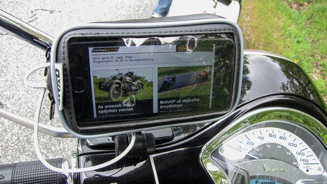 Amikor nem navigáltam a motorra szerelt telefonnal, természetesen Totalbike-ot olvastam rajta