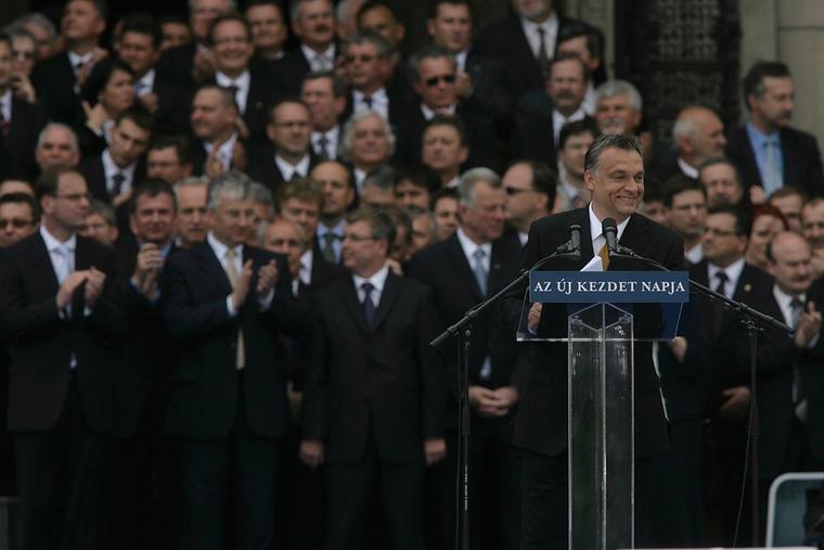 """Miniszterelnöki beiktatása után, a """"nemzet terén"""", az """"új kezdet napján"""" mondott beszédet Orbán 2010-ben."""