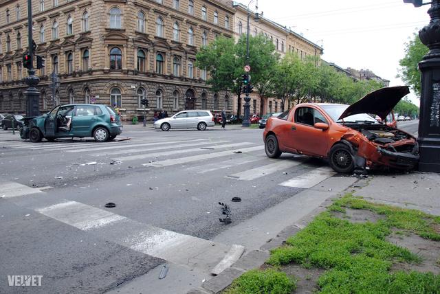 Két autó ütközött össze vasárnap a fővárosi Andrássy úton.