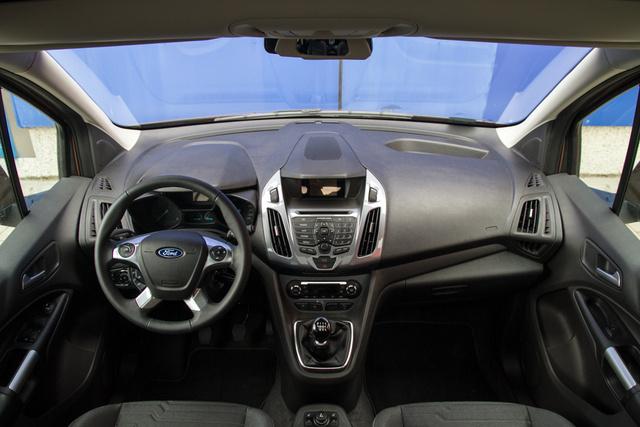 Egyen Ford-belső, ahol semmi sincs útban
