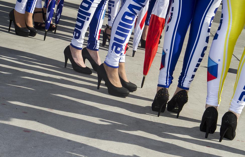 A Valvoline kék-fehérbe húzott hoszteszei állandó díszletei a WTCC-versenyeknek. A testhez simuló ruha most is kevés volt: a képen még a szombati napsütésben ácsorognak, majd vasárnap ismét áztak-fáztak szegény lányok.