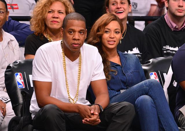 A harcos este után Jay Z és Beyoncé együtt mutatkoztak a Brooklyn Nets kosármeccsén.