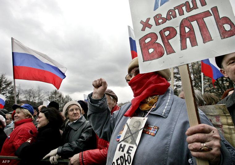 """Tüntetés a sajtószabadságért, az öncenzúra és az állami befolyás ellen Moszkvában. """"Elég a hazugságból!""""- olvasható a demonstrálók transzparensein. 2006. április 16."""