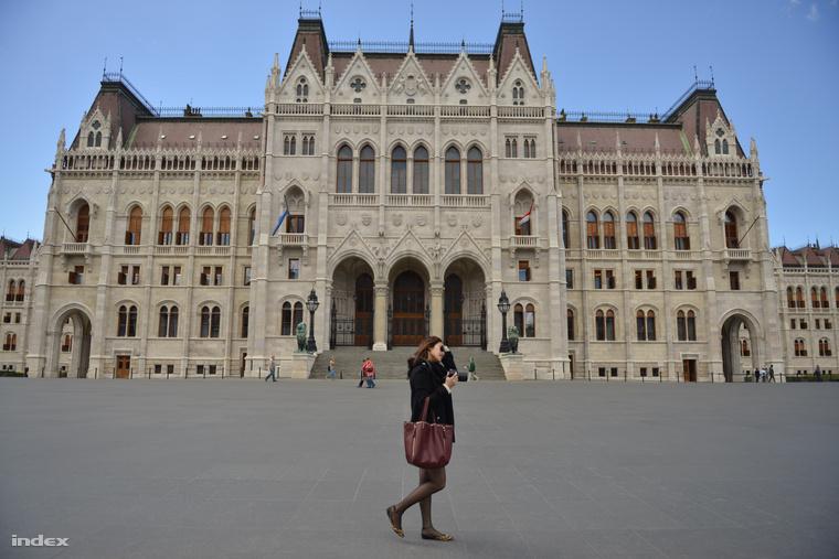 A Parlament épülete a magyar és a székely zászlóval május 12-én
