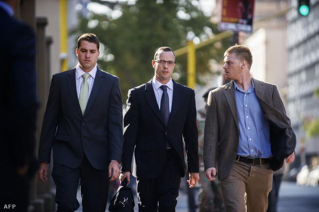 Oscar Pistorius érkezik a pretoriai bíróságra, 2014. május 14-én.