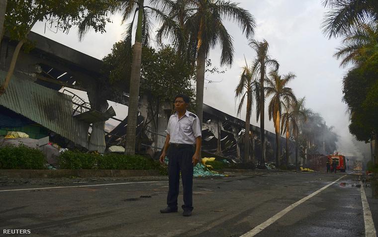 Kiégett épület a tüntetés után