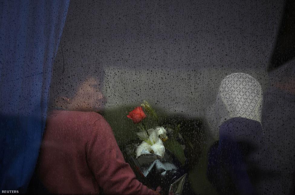 A belső migráció egyre nagyobb Kínában, így a családi sírok évezredes hagyománya is megbomlott. Van, aki szerint amúgy sem tudná gondozni elődeinek távoli sírhelyeit, ezért is jobb, ha a hamvakat a tengerbe szórják.