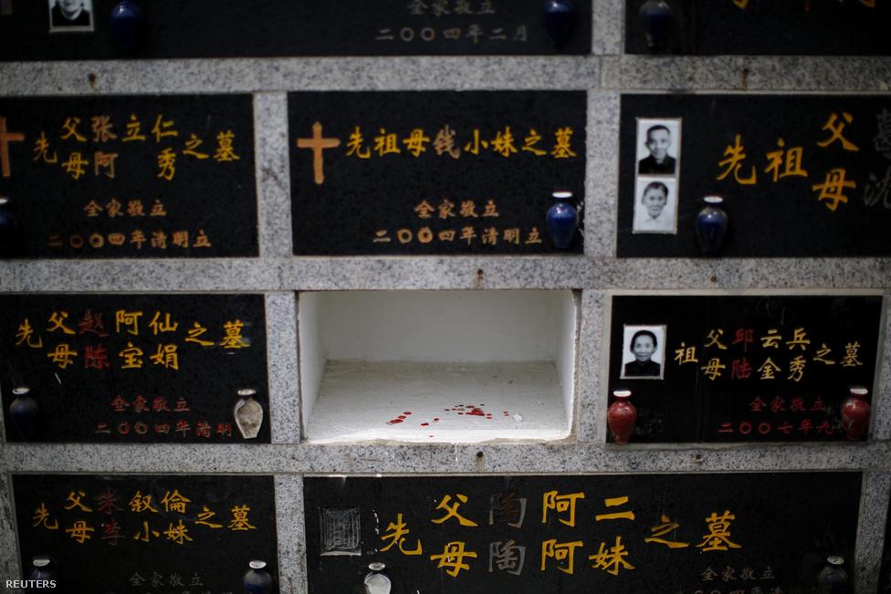 Évente kilencmillió embert temetnek el az 1,35 milliárdos Kínában. A növekvő városok mind nehezebben szorítanak helyet a temetőknek, ezért a kormány igyekszik a gazdaságosabb megoldás felé terelni a lakosságot. Azok, akik szerettüktől a hamvak tengerbe szórásával búcsúznak, 90 ezer forint támogatást kapnak, és a hajó ingyen viszi ki őket Kelet-kínai-tengerre, a Jangce torkolatánál.