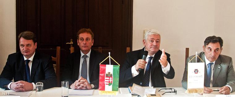 Kovács Béla (b) kincstárnok, Valerio Cignetti főtitkár, Bruno Gollnisch elnök és Luca Romagnoli alelnök, az Európai Nemezeti Mozgalmak Szövetsége vezetőségének tagjai az európai parlamenti képviselettel rendelkező nemzeti radikális pártok szervezetének kongresszusán, Héderváron 2012. október. 21-én.