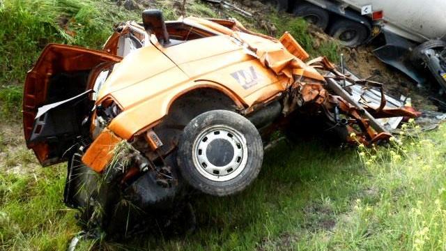 Egy idén májusi baleset fotója. A képen a Közút járműve, amit fényes nappal talált farba egy kamion. Az autó a kaszálási munkákat végző gép előjelzője volt, a leállósávban haladt