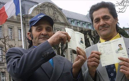 Zámolyi romák mutatják a tartózkodási engedélyüket