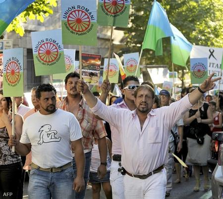 Olaszországba menekült romák felvonulása