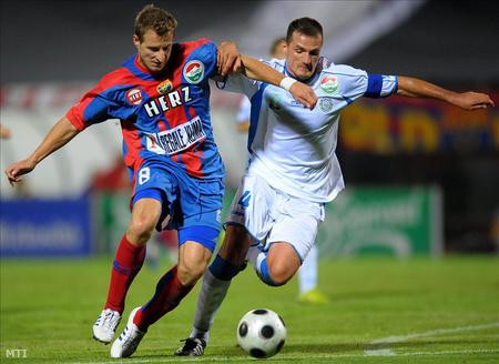 Németh Norbert és Szamosi Tamás harcol a labdáért