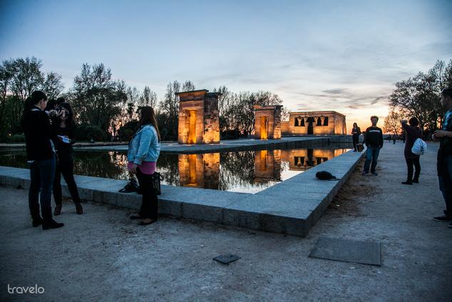 A Templo de Debod sok turistát és sok helyit is vonz naplementekor