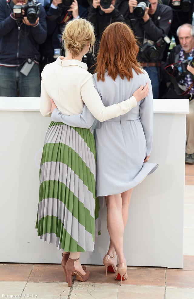 Mia Wasikowska és Julianne Moore, hátulról