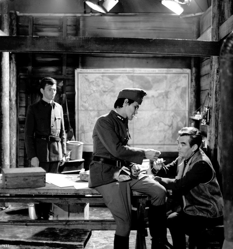 1969. november 24. Juhász Jácint (k), Pándy Lajos (j) és Uri István (hátul) színészek játszanak az Örkény István: Voronyezs című írásából készülő TV-film forgatásának egyik jelenetében, a Magyar Televízió stúdiójában.