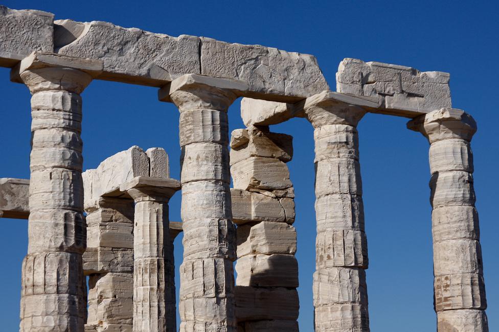 Eredetileg egy tufából épült templom állt ezen a helyen, majd is. 440 táján felhúzták ezt a helyi márványból készültet. Az 1800-as évek elején an angol költő, Lord Byron is járt itt, állítólag az egyik kőben - ami akkor, jóval a felújítás előtt még a földön hevert - benne van a neve is. Az övét nem, de más rég elmúlt illetők véseteit ma is szép számmal látni, igaz, azok felkerültek a magasba