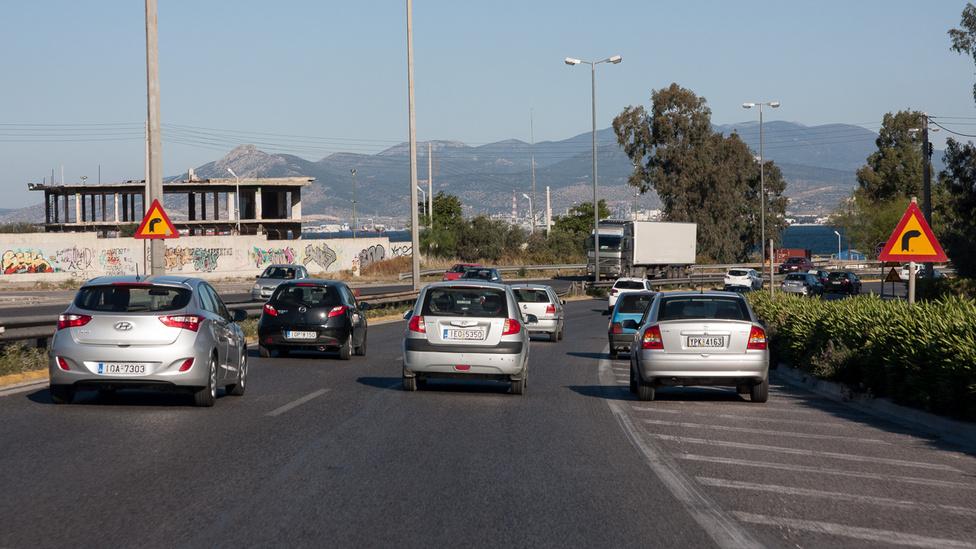 A régi Görögország elképesztő hely lehetett, bár az új is tartogat fura meglepetéseket: az egész ország egy összefüggő, félbehagyott építkezés, a forgalom pedig úgy megy, ahogy épp sikerül, a leállósáv például mindenütt teljes értékű sáv