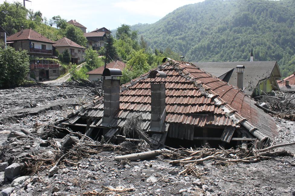 A Bosznia folyó áradásának levonulása után ott maradó sár és hordalék komoly problémát jelent az elárasztott településeken Bosznia-Hercegovinában. A sajtóbeszámolók és a légi felvételek bizonysága szerint az ország közel egyharmada víz alá került. Több lakóépület valószínűleg örökre lakhatatlanná vált