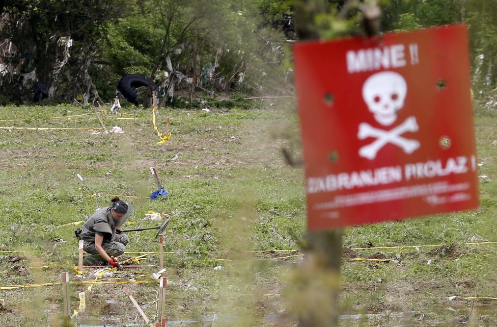 A földcsuszamlások miatt megnőtt az aknaveszély is, ugyanis egész aknamezőket mozdíthatott el a víz. A boszniai hatóságok fokozott figyelemre szólították fel a lakosságot az érintett területeken. Az 1990-es években, a boszniai polgárháború idején a szembenálló felek mintegy egymillió taposóaknát telepítettek, és bár azóta nagy erőfeszítéseket tettek ezek eltávolítására, mintegy 120 ezer ilyen robbanóeszköz van még mindig a földben.