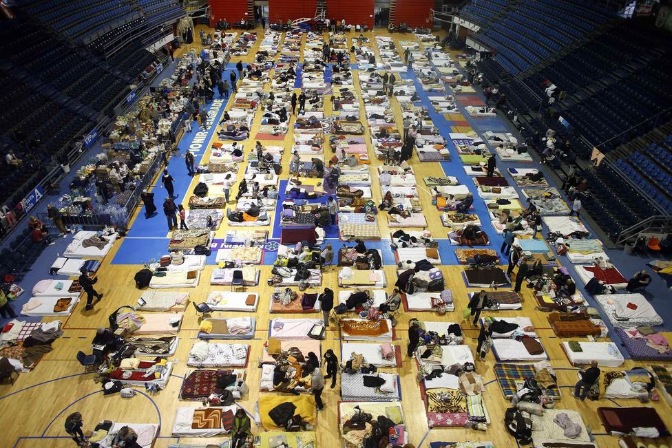 Összesen több mint huszonötezer embert telepítettek ki otthonából Szerbiában. Ezen a képen obrenovaci emberek fekszenek egy belgrádi stadionban kialakított átmeneti szálláson. A szomszédos országok többsége, valamint Oroszország és az Európai Unió számos országa mentőcsapatokat, szivattyúkat, csónakokat és élelmiszert küldött a nyugat-balkáni országba. A magyar katasztrófavédelem huszonhat embert, öt motorcsónakot, egy csónakot és egy mentőhelikoptert indított Szerbiába.