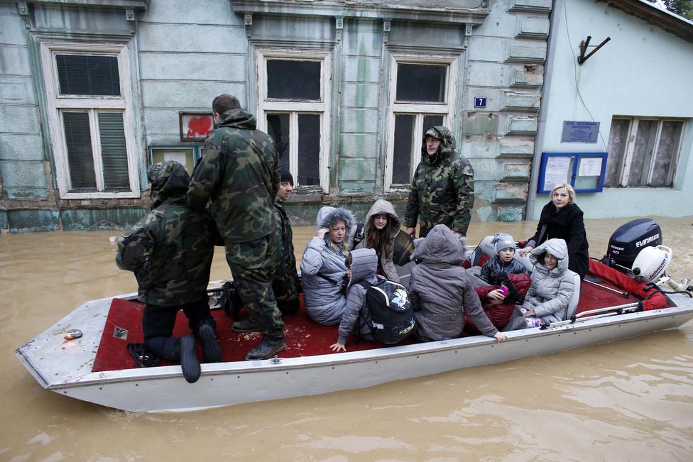 Csónakkal evakuálják egy szerb város, Obrenovac lakosait. Itt a teljes lakosságot ki kellett telepíteni a Kolubara folyó áradása miatt.
