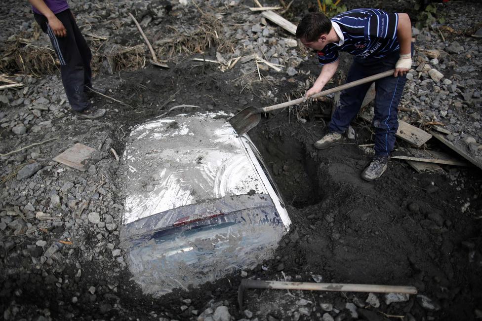Topcic Polje lakosai egy autót ásnak ki, miután egy sárlavina maga alá temette.