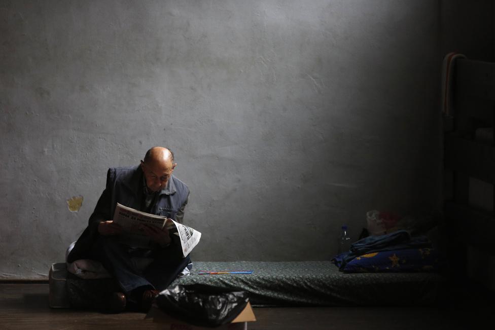 Egy Obrenovacból kimenekített férfi olvassa a híreket egy belgrádi átmeneti szálláson. Több humanitárius szervezet és egyház gyűjtött adományokat, élelmiszerre, ruhaneműre, vízre, gumicsizmára és csónakokra.