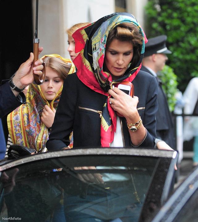 Cindy Crawford és lánya, Kaia Gerber a párizsi bérautó felé tartva