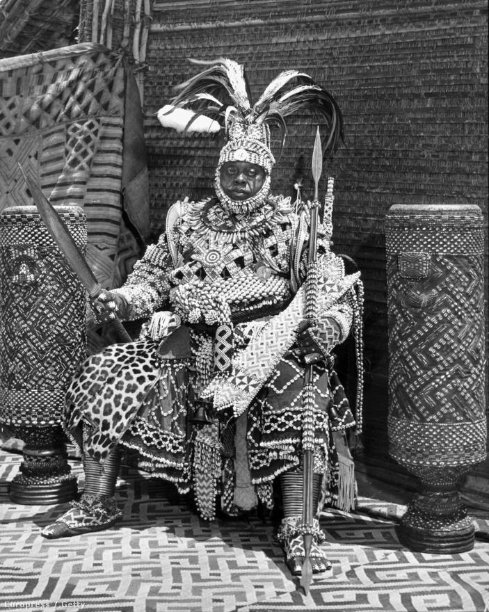 """A képen látható férfi Kongó királya volt. 300 kilós a ruhája és több órán keresztül készülődött a fotóhoz. Miután sikerült magára öltenie a több generációs uralkodói harcidíszt, egy egész alakos tükröt kért a fotóstól, hogy megnézhesse, jól áll-e rajta. Eliot nagyon meglepődött, mert ilyet előtte csak hollywoodi sztárok kértek tőle. """"Kövér  fekete uralkodó"""" - ezt a képaláírást kapta a fotó a magazinban. Eliot utálta ezért a húzásért a kiadót."""