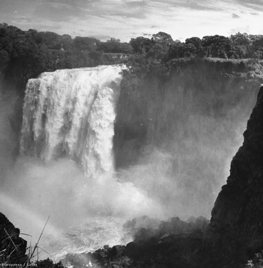 A Victoria vízesés Zambia és Zimbabwe határán. 1708 méter széles vízzuhataga  a brit királynőről kapta a nevét David Livingstone felfedezőtől.