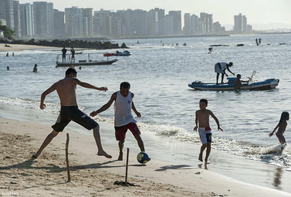 Brazíliában egy hónapon keresztül minden a profi futballról és a dicsőségről fog szólni, de a pelada szépsége és etikája jóval közelebb áll ahhoz a futballeszményhez, amiről a FIFA-vezetők is szeretnek beszéli. Már szociológiai dolgozatok is szólnak arról, hogy ha igazán együttműködik két csapat, pillanatok alatt lefektetik a szabályokat és nem esnek egymás torkának, na és persze bírózni sem lehet.