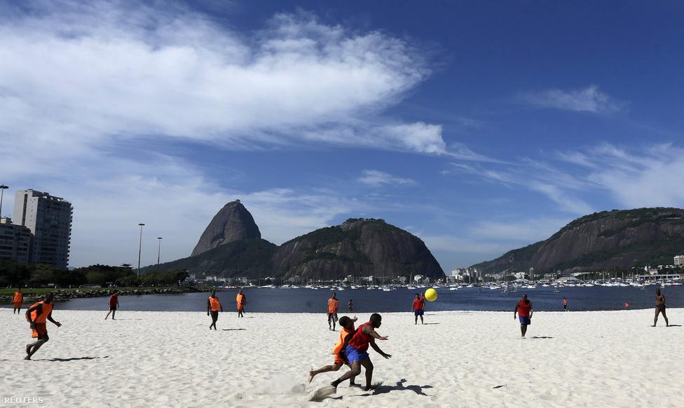 """A pelada kifejezést a brazilok a mezítlábas futball mellett a meztelen nőkre is használják. A férfiak világképében ez nem is okoz zavart. """"Futball és nők, ez a két dolog, amit igazán szeretünk"""" - idézte egy hotelportás szavait a New York Times."""