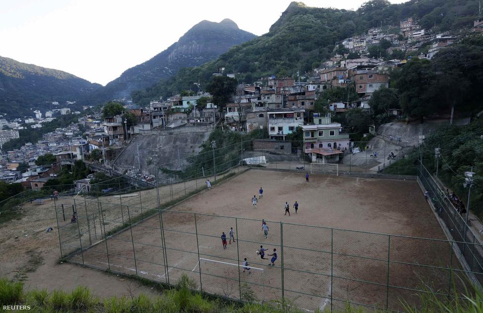 Brazília nem létezik szegénység nélkül, a szegénység nem létezik favellák nélkül, a favellák nem léteznek futballpályák nélkül. A favellák olyan szegénynegyedek, ahol a bűnözők uralkodnak, kitörésre alig van lehetőség, viszont ott a futball, a kokain és a maconha, no meg a korai halál.