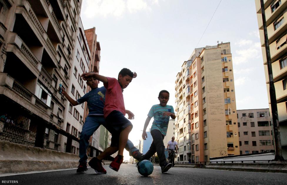Mivel nincs bíró, a játék csak három esetben áll le. Ha a labda beszáll egy ablakon, vagy a pályának kijelölt területre busz vagy autó hajt be, vagy éppen olyan csinos nő megy el az utcán, hogy muszáj gyönyörködniük benne a focistáknak.