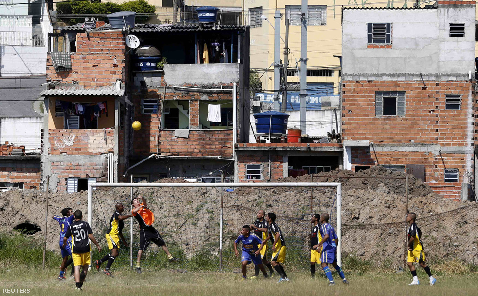 """""""Az alapelv az, hogy játék olyan közel legyen a lélekhez, amennyire csak lehetséges. Csak néhány pálya gyepes vagy felfestett. Szabályok is alig vannak. Például les sincs, a bedobást pedig lábbal is elvégezhetó. A büntetőket meg tizenöt lépésről lőjük"""" - idéz egy helyi Alex Bellos Futebol című könyvében."""