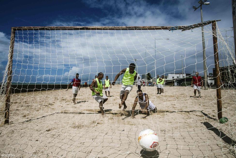 Brazília már réges-rég felfedezte és megőrizte azt, amelyekre most futballszövetségek grassroots program néven milliókat költenek. A szabadidős focit ott nem kell népszerűsíteni, és valamiért szuper pályák nélkül is működik a dolog, csak egy kaput kell tákolni, és már kezdődhet is a meccs.