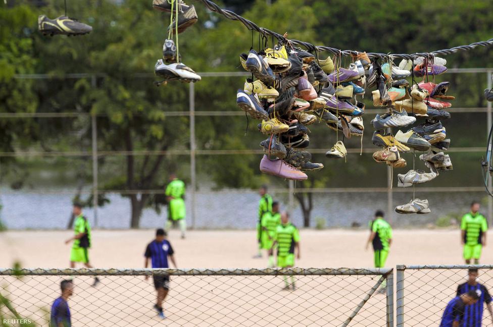Le a cipővel! Belo Horizonteban nem szerelemlakatokat gyűjtenek, hanem feleslegessé vált futballcsukákat dobálnak fel villanyvezetékekre. A futball jelenléte játékosok nélkül is érzékelhető.