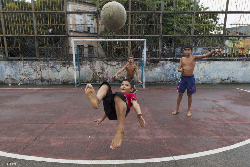 Manaus, a világbajnokság egyik helyszínén egy szegénynegyedben épült pályán kisfiúk játszanak mezítláb. Ennek a mezítlábas focinak nagy hagyománya van, leginkább vasárnap özönlenek az emberek a pályákra, strandra, lezárt utcákra.
