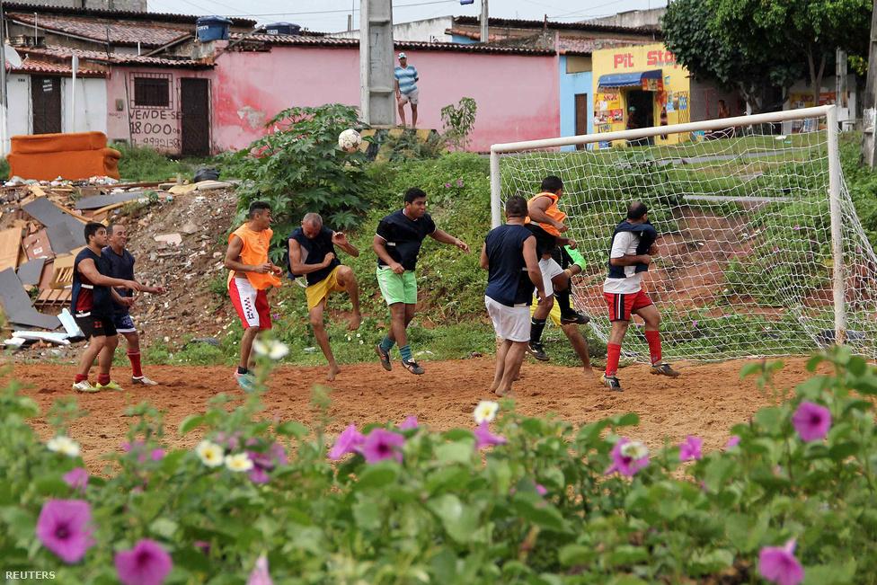 Egy átlagos napon megszámlálhatatlanul sokan futballoznak Brazíliában, a többség mezítláb, és az sem érdekli őket, ha nem földön, hanem betonon kell pályára lépniük. Kit érdekel, ha megfájdulhat a lába, ha focizhat egy jót? Ez itt a futball nevű játék.