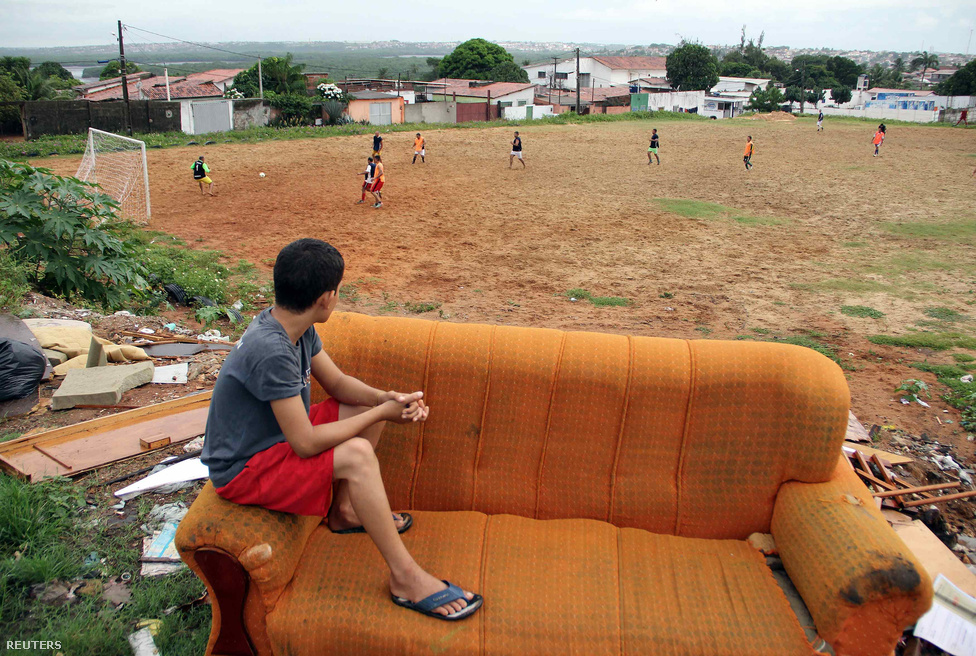 A pelada igazi népi őrület, és már gigarendezvényt is csináltak a futball brazil fajtájából. Manausban a Peladão néven tartott fesztiválon 900 csapat mérkőzik, de hogy a szórakozás teljes legyen, minden csapatnak egy nőt is kell magával hoznia, aki a Peladão szépe címért versenyez.