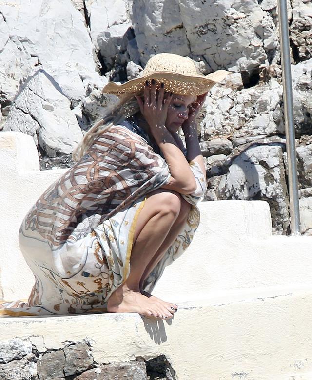 Május 15-én Cannes-ban, hosszú hajjal, viszont az előző képhez képest megint úgy, mint aki tudja kezelni a ruháját