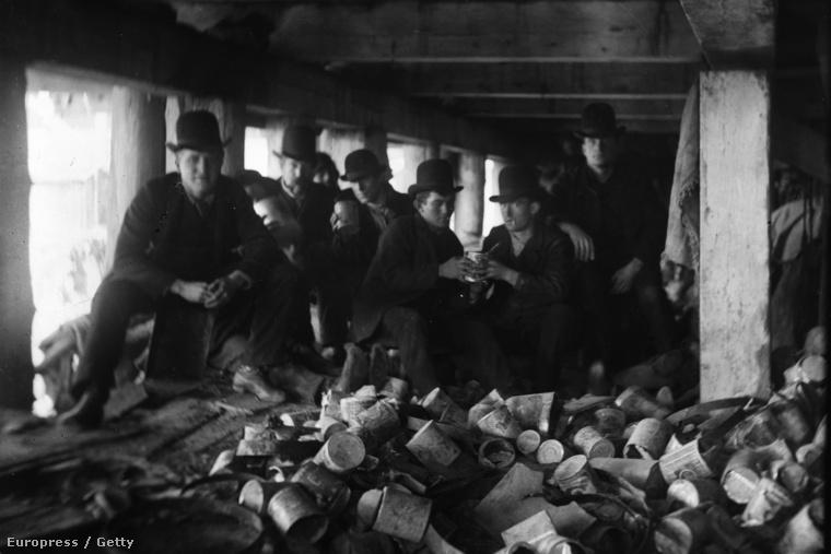 A Short Tail nevű banda tagjai 1887-ben egy kikötői móló alatt. A banda előszeretettel terrorizálta New York keleti részét.
